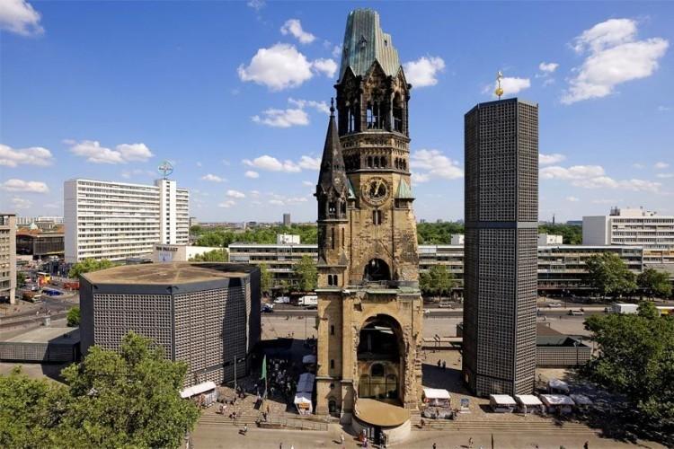 Kaiser-Wilhem-Gedächtniskirche: tijdens een bombardement in de Tweede Wereldoorlog kreeg deze kerk het zwaar te verduren. Na de oorlog werd er een nieuw achthoekig model naast gebouwd. De twee samen, door de Berlijners ook wel 'poederdoos en lippenstift' genoemd, behoren tot de populairste bezienswaardigheden in de stad. © Toerisme Berlijn