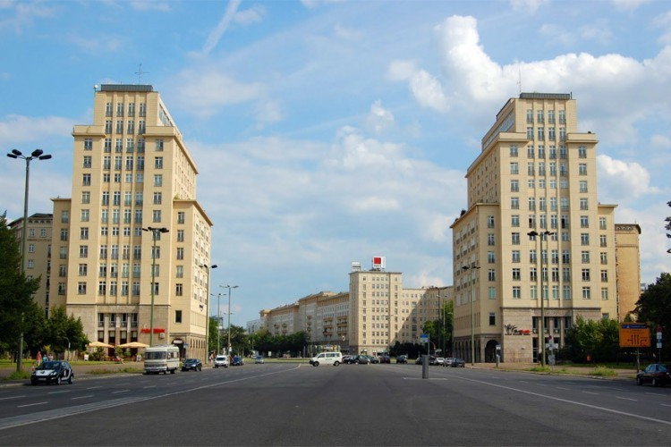 Karl-Marx-Allee: wandel langs deze brede boulevard en je merkt waarom dit het huzarenstukje was voor het voormalige Oost-Berlijn en de DDR. Typische Russische architectuur uit de jaren '50, gigantische betegelde appartementsblokken, brede zuilengalerijen en beelden die verwijzen naar de perfecte arbeidersstaat laten uitschijnen hoe goed de burgers het hier hadden. © YHBU