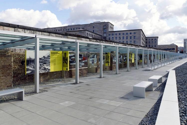 Topographie des Terrors: op de plek waar de Gestapo ooit drie belangrijke hoofdkwartieren had, kun je nu een fototentoonstelling bekijken over de misdaden van de Nazi's. © Topgraphie.de