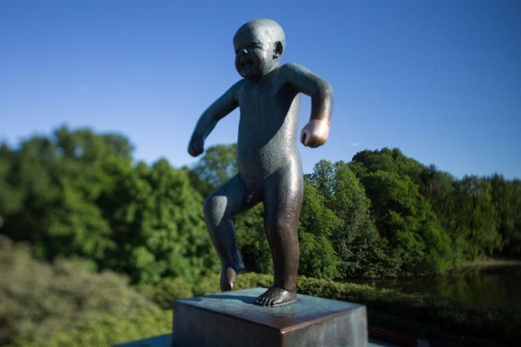 Angry Boy in Oslo, Noorwegen: in het Vigeland Sculpture Park, gelegen in het Frogner Park in de Noorse hoofdstad, vind je maar liefst 212 aparte beeldhouwwerken van Gustav Vigeland. Het bekendste is Angry Boy, een beeld van een naakt jongetje dat stampvoetend aan het huilen is. Een andere controversieel beeld in het park toont een man die baby's van zich afslaat. © Paul Egell-Johnsen