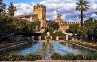 2. Alcazar de los Reyes Cristianos: dit werd gebouwd als kasteel, maar heeft ook jarenlang gefunctioneerd als gevangenis. Maar hier opgesloten zijn is, wat het uitzicht toch betreft, geen straf. Vanaf de toren van het gebouw kijk je over de daken van de stad en over de kasteeltuinen. Bovendien maken de vele fonteinen en schaduwrijke hoekjes van deze locatie zelfs tijdens de hete zomer een aangename wandelplek. © Rafael Sacasa