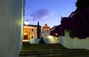 3. La Cuesta del Bailio: een hidden gem in Córdoba, maar helaas ook slechts beperkt te bezoeken voor toeristen. Het huis van Bailio was ooit onderdeel van een Moors kasteel waarvan het bloemrijke pleintje het meest fotogeniek is. Maar de statige deur in het witgekalkte huis en de geel geverfde façade zullen je beslist ook niet ontgaan. De klokken, van wat ooit een kerkje was, steken scherp af tegen de blauwe lucht. © Li Taipo