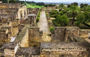 4. Medina Azahara: zo'n 10 kilometer ten westen van het stadscentrum liggen de opgravingen van wat in de 10de eeuw een islamitische paleisstad was. De site werd gebouwd door Abderrahman III en dankt zijn naam aan diens favoriete vrouw Zahara. Naar verluidt zouden hier 30.000 mensen kunnen leven. In 1010 werd de plek verwoest en bleven er enkel nog ruïnes over die tijdens de vorige eeuw opgegraven en hersteld werden. Een indrukwekkend plaatje dat misschien wel het meest doet verwijzen naar 'het Machu Picchu van Europa'. © Eduardo Estellez