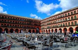 5. Plaza de la Corredera: je zou eerder staatsgebouwen verwachten op een plein, maar dat is buiten Plaza de la Corredera gerekend. Eén van de grootste pleinen van de stad wordt namelijk omgeven door woningen. Terwijl de was vrolijk wappert uit de ramen van de bovenste verdiepingen, vind je op de begane grond onder de portieken restaurantjes en winkeltjes. Een fijn plein om neer te vleien en het dagelijkse leven van Córdoba in de gaten te houden. © José Parra