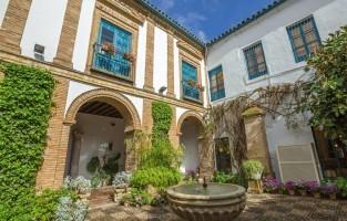 7. Palacio de Viana: waan je een echte Viana in dit aristocratisch paleis met 12 patio's ontworpen in Andalusische stijl met decoratieve fonteinen en weelderige landschapsarchitectuur. Je vindt er ook een verzameling antieke meubels en lederwaren terug. Spendeer na je bezoek ook wat tijd in de tuin, die je via een sierlijke stenen poort met het wapenschild van de familie betreedt. © Benny Marty