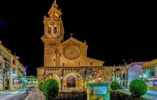8. Iglesia de San Lorenzo: deze 13de-eeuwe kerk, oorspronkelijk een moskee, is een van de mooiste voorbeelden van middeleeuwse architectuur in Córdoba. De voorgevel heeft een opvallende portiek met drie bogen en de toren werd gebouwd op de minaret van de oude moskee. Binnenin geef je de ogen ook maar beter de kost. Het indrukwekkende roosvenster, de talloze Italiaanse schilderijen en het hoofdaltaar met zijn barokke altaarstukken wachten op je aandacht. © Jose Cano