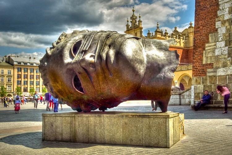 Eros Bendato in Krakow, Polen: ook wel 'the Eyeless Head' genoemd. Het is een werk van de Poolse kunstenaar Igor Mitoraj. Oorspronkelijk stond het kunstwerk op het plein voor de Galeria Krakowska, maar dat tegen de zin van Mitoraj omdat het dan bij een commercieel gebouw stond. Nu staat het hoofd bij de Town Hall Tower, waar het is uitgebloeid tot een onverwachte toeristische attractie. Veel bezoekers kruipen namelijk in het holle hoofd om door de oogkassen te kunnen kijken. © Heinrich Pollmeier