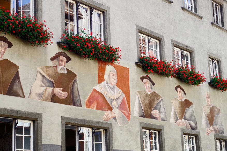 De voorgevel van het stadhuis