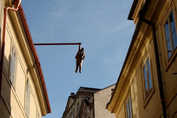 Hanging Man in Praag, Tsjechië: David Cerný, het enfant terrible onder de Praagse kunstenaars, heeft heel wat van zijn kunst tentoongesteld in de straten van de Tsjechische hoofdstad. Wie goed oplet op het kruispunt met de Husova en de Skorepka straat in het oude stadsgedeelte, ziet dit sculptuur hangen. Het beeldt Sigmund Freud uit, de bekend psychoanalist die geboren werd in Freiberg, Moravië, ook in Tsjechië. © Liezel&Ed