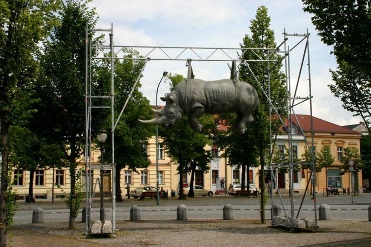 De Opgehangen Neushoorn in Potsdam, Duitsland: deze neushoorn hangt al sinds 2001 boven een voetpad in Potsdam. Hij lijkt zijn vrijheid te hebben opgegeven. Het is het werk van Stefano Bomberdieri, die bovendien wel vaker neushoorns als inspiratie gebruikt. © Anna Henningsgaard