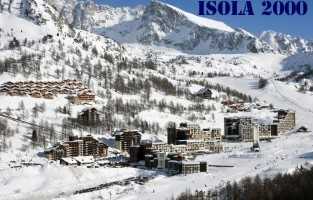 Isola 2000: een skigebied dat al bestaat sinds 1971 en dat met z'n 2.000 meter hoogte meteen het hoogstgelegen resort in de regio is. Sneeuw is dus verzekerd. Mooi meegenomen: op de top van het gebied, 2.610 meter, krijg je dankzij het nieuwe geïnstalleerde platform een 360° uitzicht  op de Mediterraanse zee en de hoogste Alpentoppen. Behalve skiën kun je je ook uitleven in het Snowpark 'Tony's Snowland', het grootste van de Zuidelijke Alpen dankzij 23.670 m² oppervlakte. Nieuw in het gamma zijn de lessen boardercross, het spannende soort snowboarden, voor beginners. Meer info: winter.isola2000.com