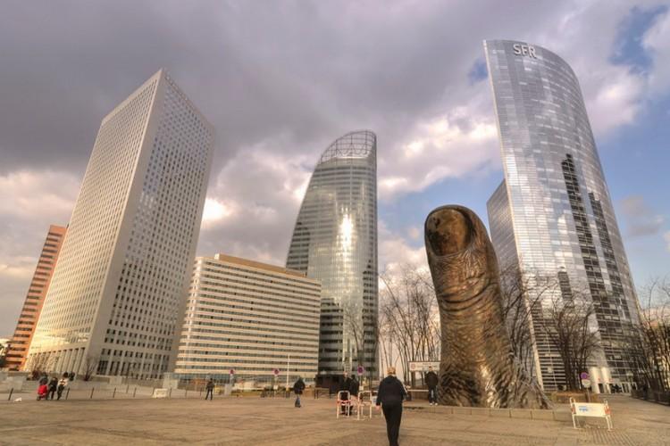 Le Pouce Monument in Parijs, Frankrijk: wie in Parijs La Défense bezoekt, het zakelijk district in de stad, zal ongetwijfeld botsen op 'de Duim' van César Baldaccini, gemaakt in 1965. Deze beeldhouwer stond erom bekend om objecten een andere vorm of grootte te geven. Dit kunstwerk is trouwens afgeleid van zijn eigen duim. © carlos_seo