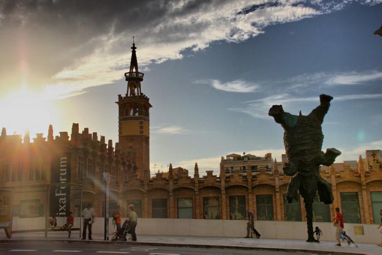Gran Elefant Dret in Barcelona, Spanje: de Spaanse kunstenaar Miquel Barceló lijkt met zijn kunstwerk de zwaartekracht te willen trotseren. Een olifantenbeeld van maar liefst 5 ton en 8 meter hoog balanceert namelijk schijnbaar eenvoudig op zijn slurf. Het werk, uit 2009, zet de kunstenaar uiteindelijk op de lijst van een van de meest creatieve en moderne beeldhouwers. En dat na een hele resem hoogstaande verwezenlijkingen zoals het plafondontwerp van een gebouwd van de Verenigde Naties. © Carlos Larrègula