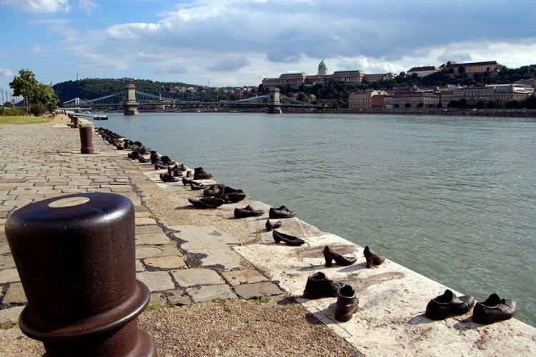 Schoenen aan de Donau in Budapest, Hongarije: filmregisseur Can Togay en de Hongaarse beeldhouwer Gyula Pauer creëerden dit kunstwerk om de Hongaarse joden omgekomen tijdens Wereldoorlog II te herdenken. De joodse bevolking uit de wijk werd bevolen om hun schoenen uit te doen en te blijven staan op de rand van de oever. Ze werden ter plaatse geëxecuteerd zodat hun lichamen in het water zouden vallen. Al wat rest zijn hun schoenen. © Henning Klokkerasen
