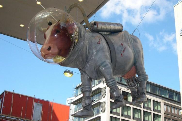 Cow in the Suit in Stockholm, Zweden: deze koe in astronautenpak heeft naar verluidt geen speciale betekenis, maar kwam er om het stadscentrum van de Zweedse hoofdstad wat grappiger en luchtiger te maken. De Zweden vonden het zelfs zo leuk dat de stad overstroomde met verschillende standbeelden van koeien. Na verloop van tijd verdwenen ze weer opnieuw, maar bleef enkel de 'koe in het pak' hangen. © The Hobo