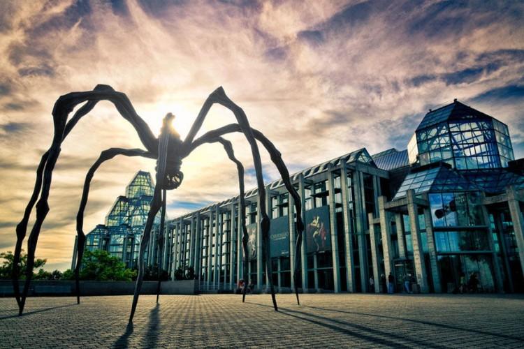 Maman in Londen, Verenigd Koninkrijk: de spin van Louise Bourgeois is met zijn ruime 10 meter een van de grootste in zijn soort ter wereld. Dankzij een mix van roestvrij staal, brons en marmer behoort het waarschijnlijk ook tot een van de zwaarste sculpturen. Het kunstwerk is eigendom van het Tate Modern Museum in Londen maar reist al sinds 1999 de wereld rond. © Gerald Querubin