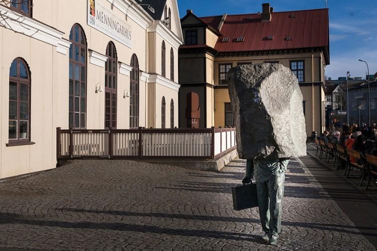 De Onbekende Bureaucraat in Reykjavik, IJsland: het standbeeld van de Onbekende Bureaucraat werd in 1994 gemaakt door kunstenaar Magnus Tomasson. De steen vormt een mooie metafoor voor het soms zwaarmoedige leven, maar is ook een verwijzing naar de anonimiteit de bureaucraat in de westerse maatschappij. © Anna Soffía Oskarsdóttir