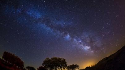 Hier staar je bijna het hele jaar naar de mooiste sterrenhemel