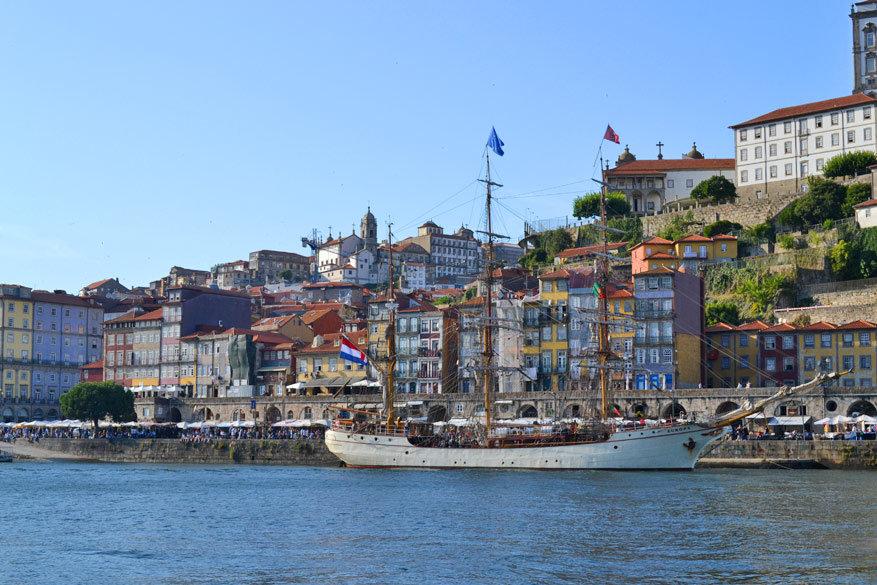 Uitzicht op de Praça da Ribeira vanop de boot