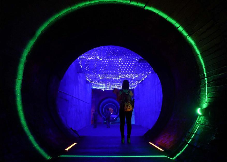Neonverlichtingsinstallaties geven de binnenkant van de bunker een moderne twist