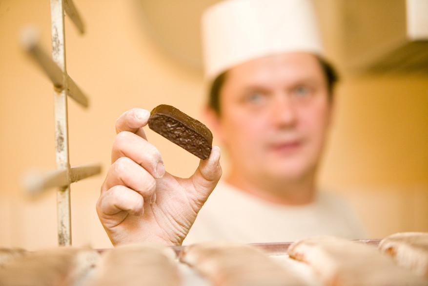 De traditionele peperkoek uit Pulsnitz bevat geen vet, maar wel een laagje chocolade