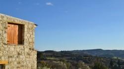 Wijn maken tegen de goudgroene flanken van de Dourovallei