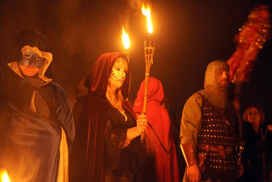 Het vuur verwelkomt de goede geesten, terwijl de maskers het kwade moeten verjagen.