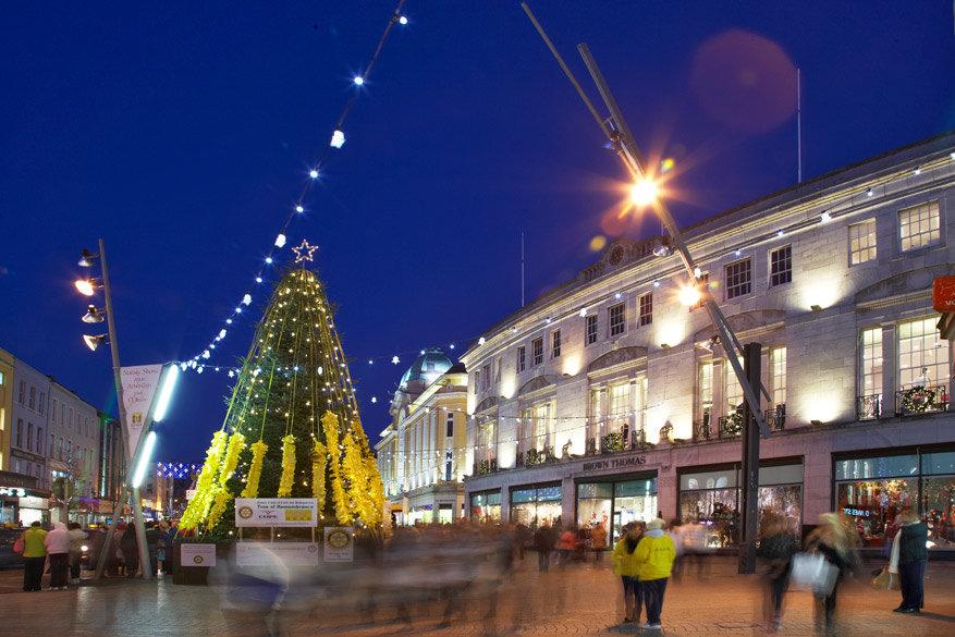 Ook in het centrum van Cork wordt de kerstboom gezet
