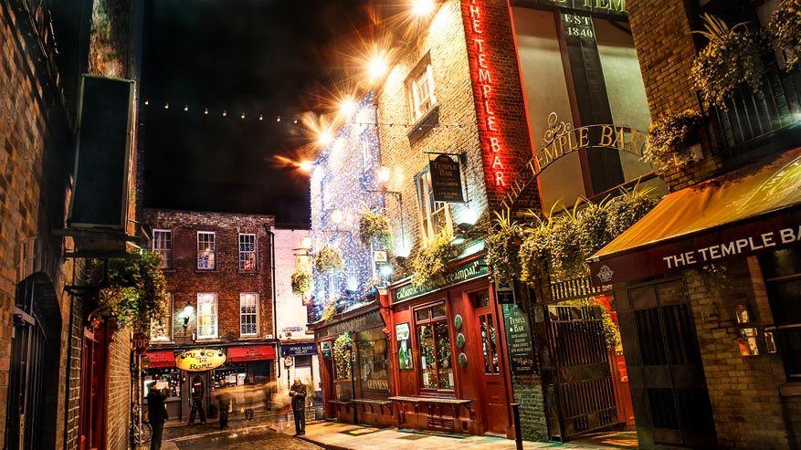 Temple Bar in Dublin wordt rijkelijk versierd met kerstverlichting
