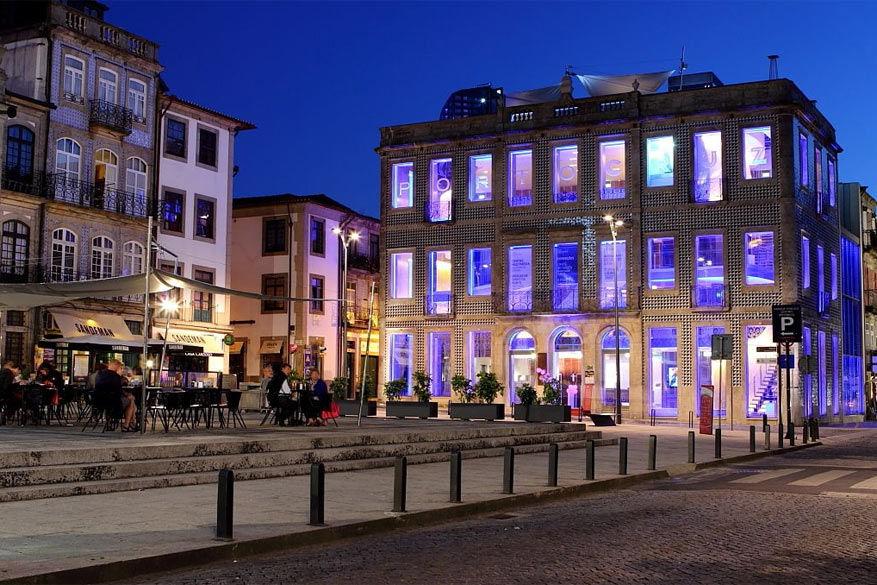 Het knappe gebouw waar Porto Cruz Space zich in bevindt