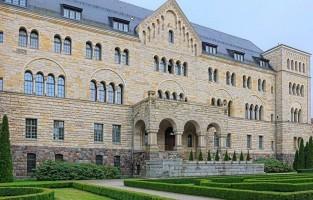 5. Op bezoek in het kasteel Zamek Cesarski: het indrukwekkende gebouw van Zamek Cesarski was één van de eerste residentiële gebouwen voor monarchen. Het werd in het begin van de 20ste eeuw gebruikt door Willem II. Na WOI zetelde daar de faculteit Mathematica van de universiteit van Poznan. Het was hier dat oud-studenten in de jaren dertig de bewuste Duitse Enigma-code ontcijferden. Tijdens WOII vond Hitler hier een hoofdkwartier. Nu kan je er naar de film, de opera, een tentoonstelling of kindertheater. Bezoek je het gebouw met een gids, dan kom je op plekjes waar je anders geen toegang toe hebt, onder andere de 5 ton zware troon van Willem II. © HRS Poland