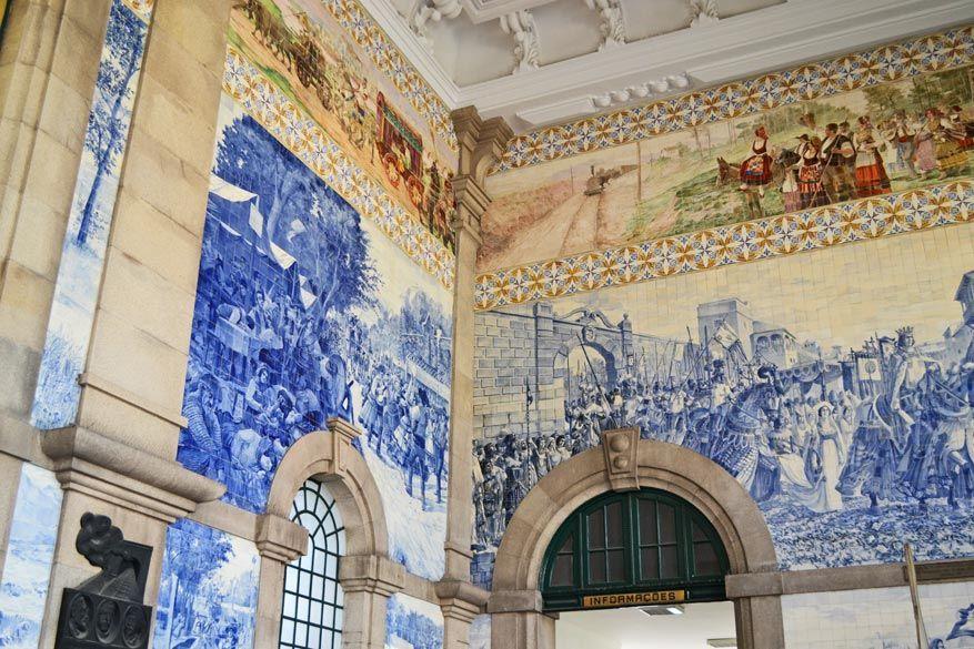 De binnenkant van het station in Porto
