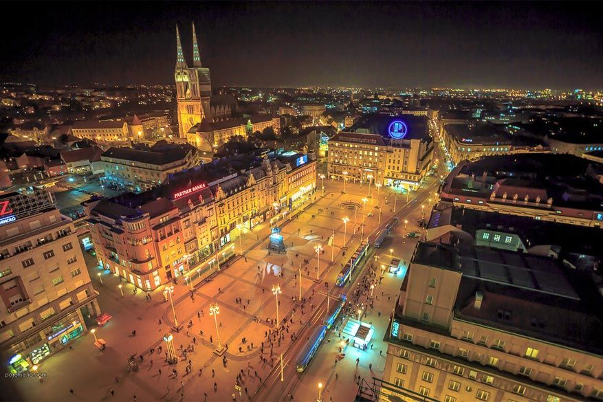 De markt van Zagreb 's avonds © Poje Mario