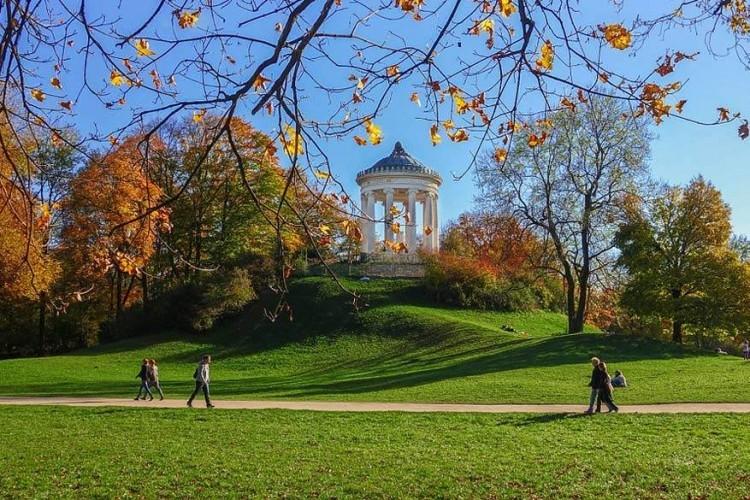 De Englischer Garten: een hotspot in de Duitse stad die je niet mag overslaan. Het grote park, zo'n 3,7 km², ligt in het centrum van München en opende in 1789. Je kan er onder andere fietsen, joggen, wandelen, picknicken, zonnebaden en Biergarten bezoeken. © Pixabay