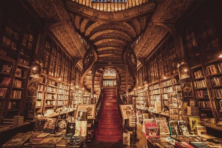 Livraria Lello & Irmão in Porto, Portugal: de broertjes Lello wilden geen wijn maken zoals hun familie, maar zaten liever met hun neus in de boeken. In 1906 zag deze boekenwinkel het levenslicht en is hij nog altijd een van de oudste en meest prestigieuze boekenwinkels van Portugal. Het neogotische interieur en de indrukwekkende trap zijn al redenen genoeg om er eens binnen te springen. © PF_Photography