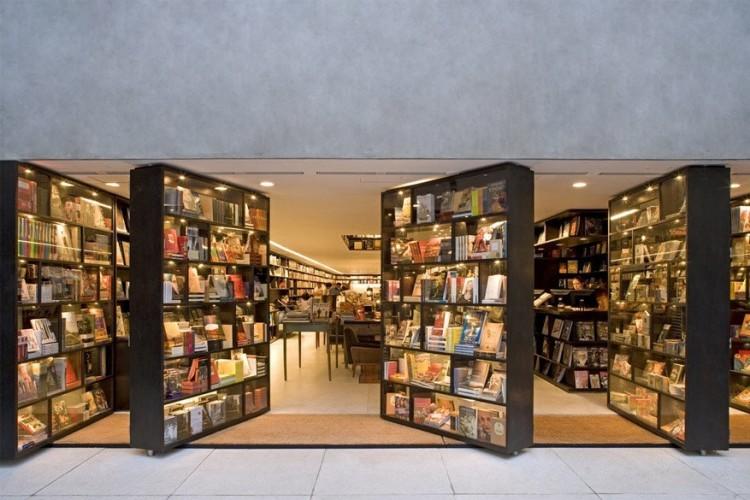 Livraria da Vila in São Paulo, Brazilië: in deze boekhandel kun je je designhart ophalen. De ruimte staat namelijk bol van verrassende interieurelementen. Het meest bijzondere hier is dat de boekenkasten ook fungeren als draaibare deuren. Bovendien zijn ze bekleed met glas en verlicht vanbinnen, zodat passanten 's avonds na sluitingstijd nog steeds een kijkje kunnen nemen. © Livraria da Vila