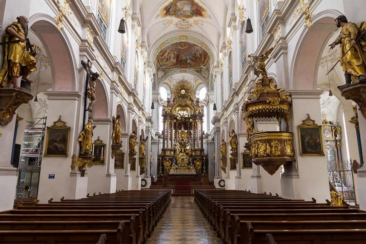 Sint-Petruskerk: beklim de 306 treden van de Sint-Petruskerk voor niets en geniet van een prachtig uitzicht op de binnenstad van München. Bovendien beschikt de kerk over een prachtig altaar en een vreemd met juwelen bedekt verguld skelet van St Mundita, zittend op een kussen. Wist je trouwens dat dit de oudste kerk van München is, daterend uit 1180? © Anthony Gurr