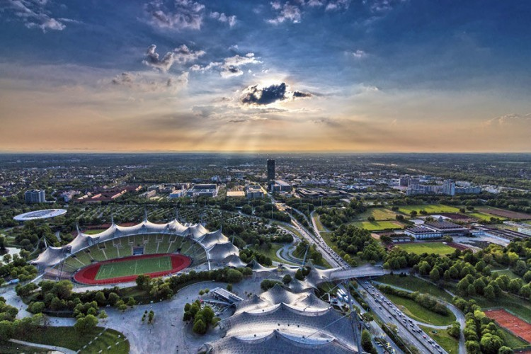 Het Olympiapark: gebouwd voor de Olympische Zomerspelen van 1972, maar nu wordt het voornamelijk gebruikt voor allerhande sociale, culturele en zelfs religieuze evenementen. Bovendien is de architectuur van het stadium bewonderenswaardig. Tip: beklim de Olympia Berg, dat levert mooie plaatjes op bij zonsondergang.