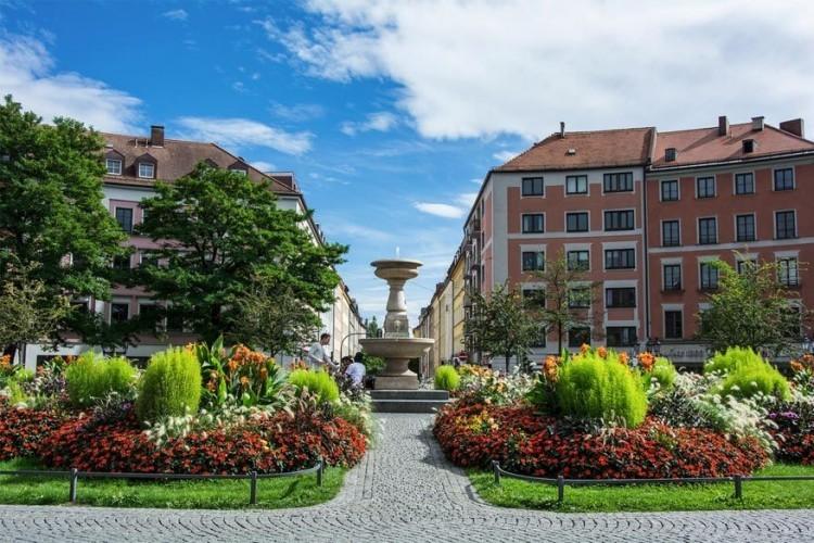 Gärtnerplatz: genoemd naar zijn architect Friedrich von Gärtner en nu vooral bekend als een ontmoetingsplek voor holebi's. Nestel je op een terrasje of geniet van een picknick of BBQ op het plein. Meng je bovenal onder de locals en sla er eens een praatje mee. © MichaelHofmann2703