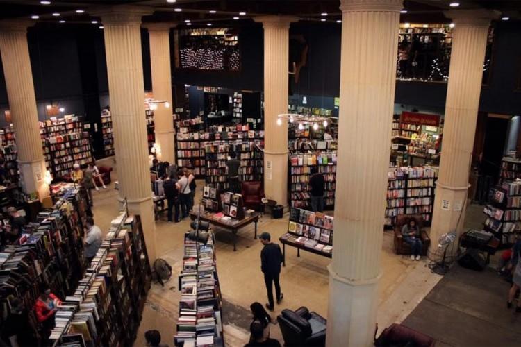 The Last Bookstore in Los Angeles, Verenigde Staten: ondanks de dalende verkoopcijfers in de printsector, opende deze boekenwinkel toch in 2005. Het ligt in het Old Bank District en biedt plaats voor verschillende genres, van zeer lokale literatuur tot misdaad en mysterie. Een hele kamer wordt zelfs gewijd aan science fiction en fantasyboeken. © Brandy Hwang