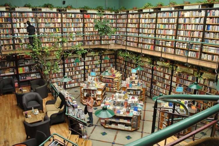 Libreria El Pendulo in Mexico Stad, Mexico: behalve snuisteren tussen de boeken, kan je hier ook nippen van een mojito, proeven van de Mexicaanse keuken of genieten van een liveoptreden of stand-up comedy. Bovendien heeft de boekenwinkel ook een bijzondere sfeer door de overhangende collectie planten. © Aquiles Carattino