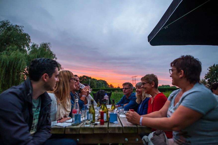 Een gezellige avondpicknick aan de oevers van de Dommel © Visit Brabant