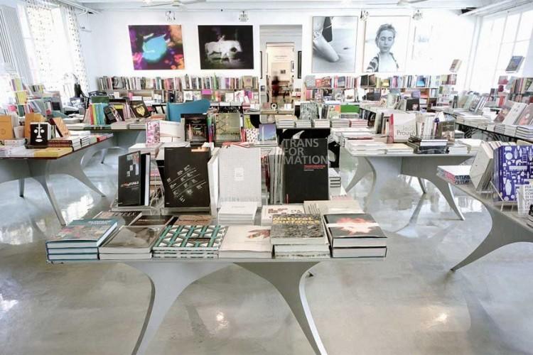 10 Corso Como in Milaan, Italië: voormalig redactrice bij Vogue Carla Sozzani opende 10 Corso Como in 1991. Ze slaagde erin een esthetisch en minimalistisch paradijs te creëren in een garage vlakbij Brera, Milaans meest stijlvolle buurt. Het complex bestaat uit een boekenwinkel, een galerij, een tuincafé en een conceptstore met mode- en designartikelen. © 10 Corso Como