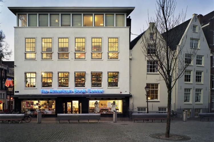 The American Book Center in Amsterdam, Nederland: The American Book Center, of kortweg het ABC, speelt een belangrijke rol in de promotie van Engelstalige lectuur in de Nederlandse hoofdstad. Een boekenliefhebber betreedt een gigantische winkel vol gesorteerde boeken en magazines en dat allemaal in een aangenaam interieur. Hier gaan ook verschillende evenementen door zoals conferenties, workshops, cursussen en optreden van beginnende artiesten. © Sigids.nl/American Book Center