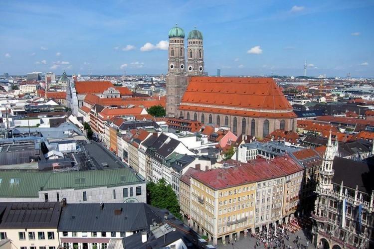 De Frauenkirche: de Onze-Lieve-Vrouwekerk, ook wel de kathedraal van München, is grootste kerk van de stad. Ze biedt plaats voor zo'n 20.000 staande bezoekers en imponeert met twee statige torens, die je bovendien gratis kan beklimmen. Het uitzicht is verbluffend. © Pixabay
