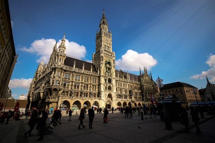 Rathaus-Glockenspiel: elke dag omstreeks 11u komt een menigte nieuwsgierige toeschouwers samen voor het stadhuis van München op de Marienplatz om te genieten van het Glockenspiel. Al meer dan 100 jaar luiden de klokken in de toren van het stadhuis om historische gebeurtenissen van Beieren te herdenken. Een gouden vogel die 3 keer tsjirpt maakt een einde aan het spektakel. © Imir Kamberi