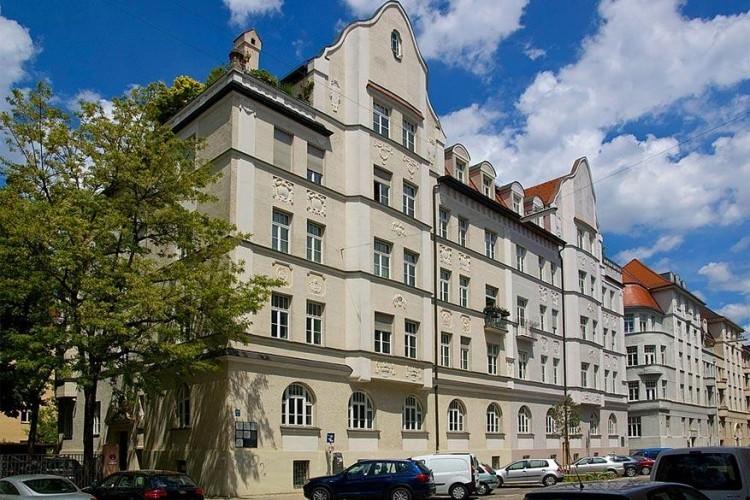 Ga op zoek naar Jugendstil: in München vind je nog tal van fascinerende huizen en gebouwen in de stijl van Art Nouveau of ook wel Jugendstil. Een wonder, als je weet dat tijdens Wereldoorlog II de stad veel te lijden had onder bomaanslagen. Vooral het district Schwabing staat bekend om deze kunststroming. Maar ook district Bogenhausen biedt verschillende villa's, een museum en een bekend theater in Jugendstil. © Wikimedia Commons