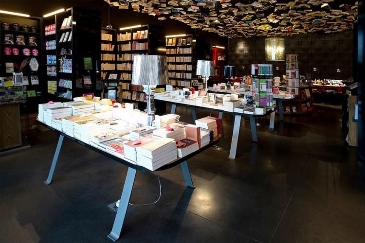 Cook & Book in Sint-Lambrechts-Woluwe in België: je zou denken dat je hier alleen kookboeken kunt kopen, maar niets is minder waar. Cook & Book vult de beleving van boeken kopen net iets anders in. Hier kun je naast rondkuieren in de negen verschillende kamers ook blijven eten en proeven van diverse keukens. Geen boekenfan? Ga toch maar eens kijken. Het plafond alleen al hangt vol met 800 boeken. © Bruxelles5