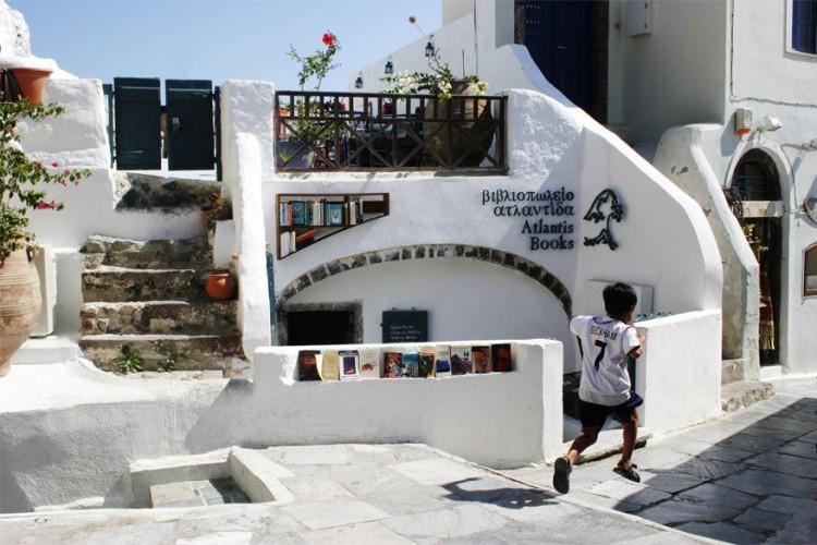 Atlantis Books in Santorini, Griekenland: verstopt tussen de pittoreske witgekalkte huisjes ligt deze onafhankelijke boekenwinkel, gesticht door een groep vrienden in 2004. Hier staan boeken, zowel fictie als non-fictie, in verschillende talen en je kan er bovendien verkoeling vinden in de kelder van het gebouw. Bovendien organiseert Atlantis Books regelmatig lezingen, theatervoorstellingen en filmvertoningen. De moeite om eens langs te gaan. © Atlantis Books