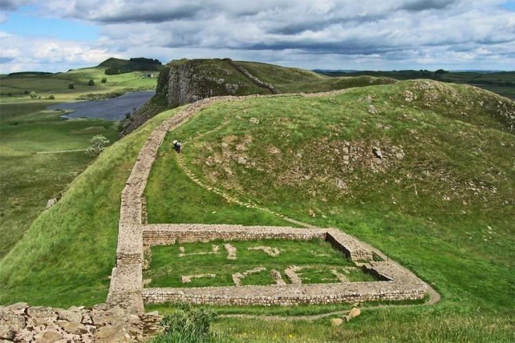 4. Hadrian's Cavalry tentoonstelling: Hadrian's Cavalry is een tentoonstelling die komende zomer zal plaatsvinden over de volle lengte van Hadrian's Wall. De 117 kilometer lange muur, vernoemd naar de Romeinse keizer Hadrianus, is één van Engelands grootste monumenten en loopt van Solway Coast in Cumbria naar Wallsend bij Newcastle. De tentoonstelling laat op 10 archeologische vindplaatsen en musea langs de muur de rol en invloed van de cavalerie van het Romeinse leger zien, die hier ruim tweeduizend jaar geleden de Pikten buiten de deur hielden. Van april tot en met september zijn hier bijzondere objecten uit die periode te bewonderen. Daarnaast wordt op 1 en 2 juli een groot historische schouwspel opgevoerd, dat het epische verhaal van de Romeinse cavalerie vertelt. Meer info: www.hadrianswallcountry.co.uk © Wikimedia Commons